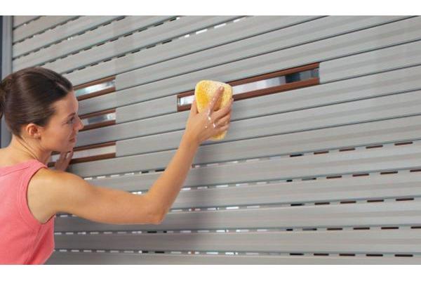 Hướng dẫn vệ sinh cửa cuốn xuyên sáng Austdoor đúng cách